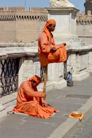 hindues: Hind�es realizar por las calles de Italia Editorial