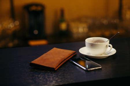 Astuce sur un restaurant tLe compte sur un comptoir de bar, téléphone à proximité et coffeeable Banque d'images - 78654219