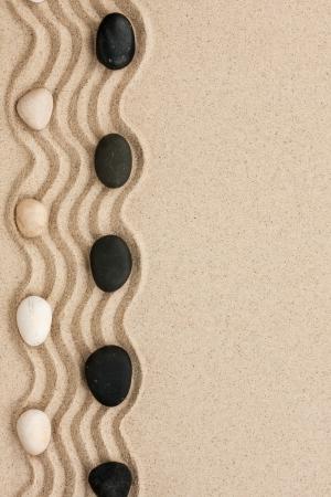 Pietre nere e bianche si trovano sulla sabbia, può essere utilizzato come sfondo Archivio Fotografico - 22186815