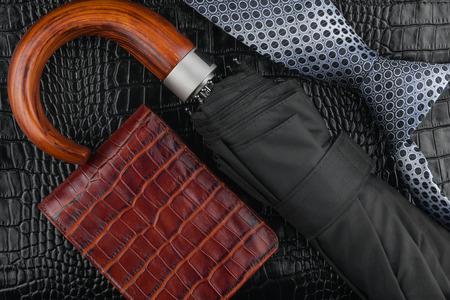 Una cravatta, raccoglitore, ombrello sdraiato sulla pelle, può essere utilizzato come sfondo Archivio Fotografico - 26494657