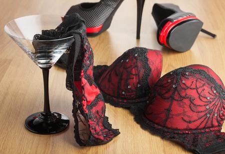 panties: Bragas en un vaso de martini en el fondo de los zapatos y el sujetador, se pueden utilizar como fondo Foto de archivo