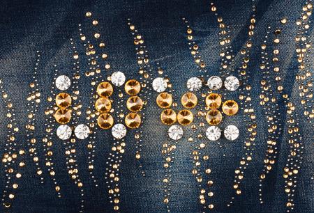 mezclilla: Amor Palabra hecha de diamantes de imitación en tela de mezclilla, como telón de fondo, la textura