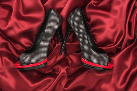 sexy f�sse: Schwarze Schuhe auf roter Seide liegen, kann als Hintergrund verwenden