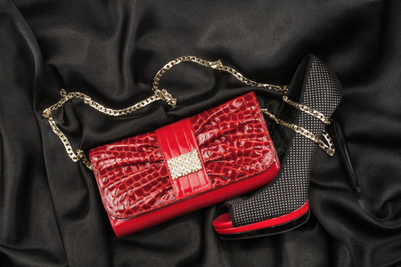 sexy f�sse: Rote Tasche und Schuhe auf schwarzem Stoff liegen, kann als Hintergrund verwenden Lizenzfreie Bilder