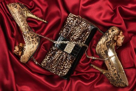 sexy f�sse: Leopard-Tasche und Schuhe auf rotem Stoff liegen, kann als Hintergrund verwenden