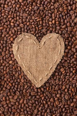 planta de frijol: Marco en forma de coraz�n de la arpillera con los granos de caf�, con espacio para el texto Foto de archivo