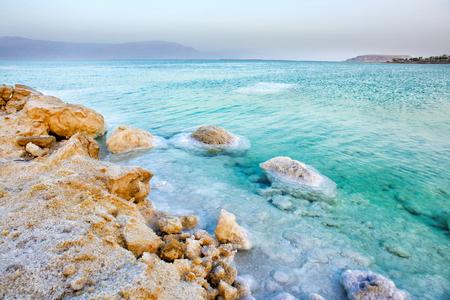 Ansicht der Küstenlinie des Toten Meers bei Sonnenuntergang, Israel Standard-Bild