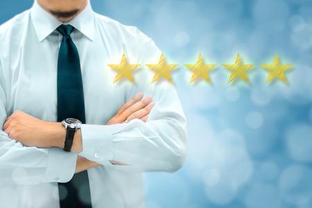 Qualité, évaluation du rendement, évaluation et classement du classement. Homme d'affaires silhouette en arrière-plan. Cinq étoiles jaunes brillant au premier plan. Banque d'images - 80499866