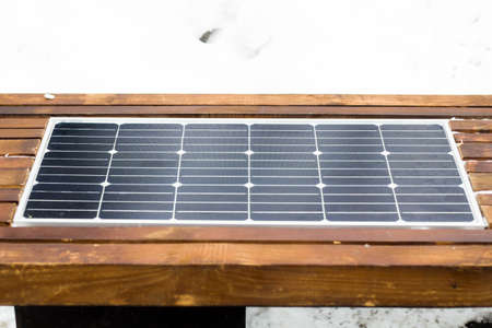 Bench with solar panel on street close-up Banque d'images - 117599327