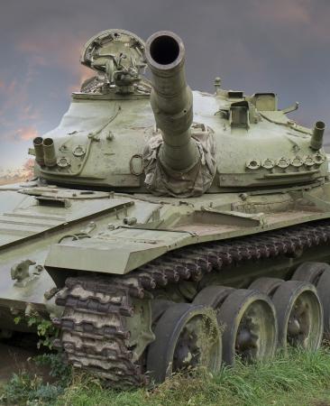 war tank: El tanque muerto convertido en la tierra, est� aislado en el blanco Foto de archivo