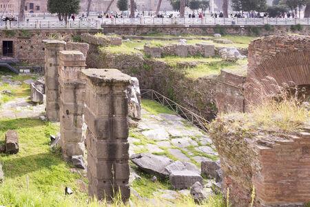 vie sociale: Rome, Italie-Avril 02,2014: touristes visitant le Forum romain. Ici il y avait la vie sociale de la ville.