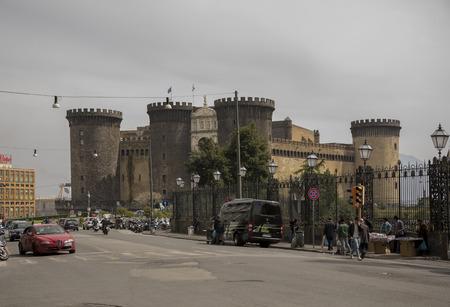 anjou: N�poles, Italia-abril 03,2014: Transporte mueve alrededor de Castel Nuovo (Anjou calabozo). Los vendedores que venden recuerdos