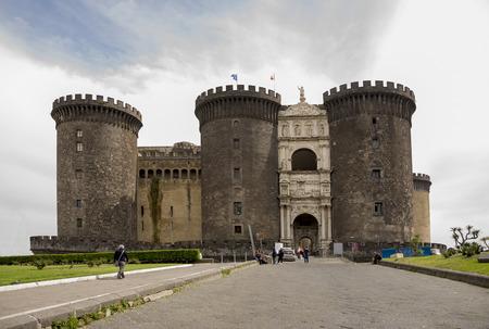 anjou: N�poles, Italia-abril 03,2014: Los turistas que visitan y de descanso despu�s de la inspecci�n Castel Nuovo (Anjou mazmorra)