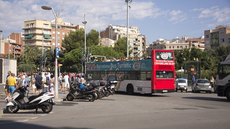 taxi famous building: Barcelona,Spain-September 9,2014 : Tourists visiting Barcelona on foot and with a tourist bus