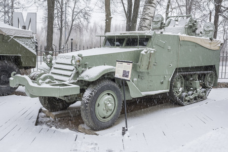 motor de carro: MOSCOW, RUSSIA- DECEMBER 15- M16- Multiple Gun Motor Carriage, USA (1943) at the Museum of technique V.Zadorozhnyj on December 15; 2015 in Moscow (snowing)