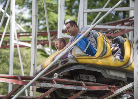 """caida libre: Rostov-on-Don, Rusia-13 de junio: Niños con el padre montan el paseo """"montaña rusa"""" Editorial"""