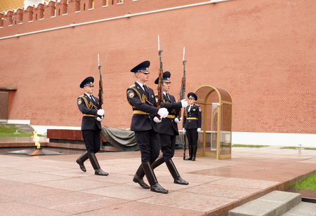 tomb unknown soldier: Moscow, Russia -September 08,2016: Karaul is moving to the post at the Eternal Flame at the Tomb of the Unknown Soldier