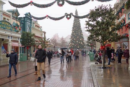 Paris, France- 02 janvier 2017: Les visiteurs se promènent à Disneyland Paris dans la neige lourde Éditoriale