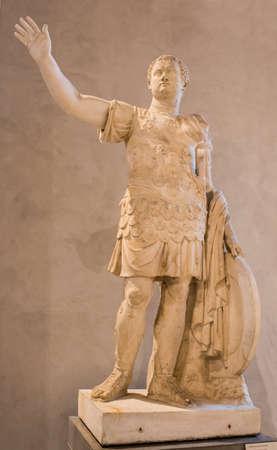 i i  i i toga: París, Francia - mayo 03,2017: estatua del emperador Titus.Collections royales francaises.Louvre