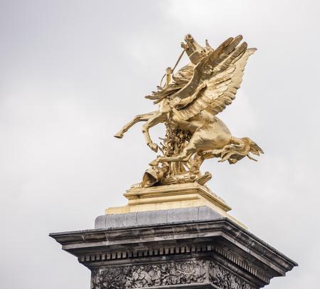 Paris, France - 29 avril 2017: Statue sur le pont d'Alexandre lll Banque d'images - 83004328