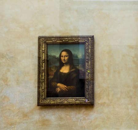 パリ、フランス-5 月 03,2017: レオナルド ・ ダ ・ ヴィンチ (1452-1519)「モナリザ」ラ Gioconda(the picture under glass)。ルーブル美術館