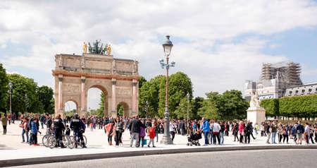 パリ、フランス-2017 年 4 月 29 日: カルーセル、ルーブルを配置します。観光客が歩くし、写真を撮る