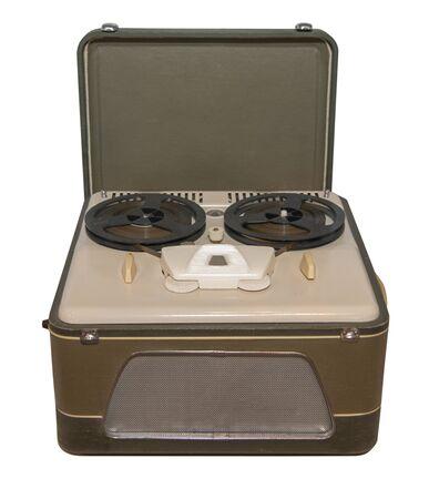 Magnétophone à bobines du milieu du 20e siècle, fabriqué sur des tubes radio, fabriqué en URSS - isolé sur blanc