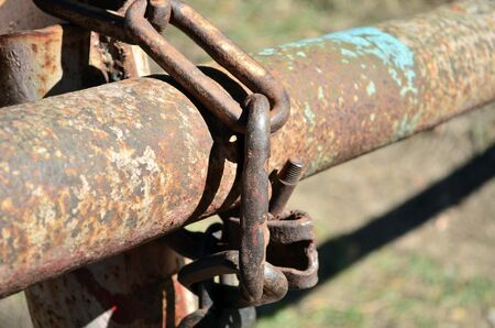 rusty chain on the barrier Imagens