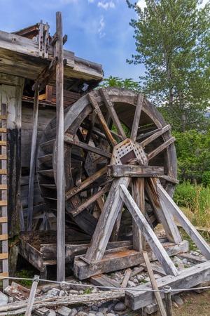 molino de agua: Foto del antiguo molino de agua con tablones rotos. Foto de archivo