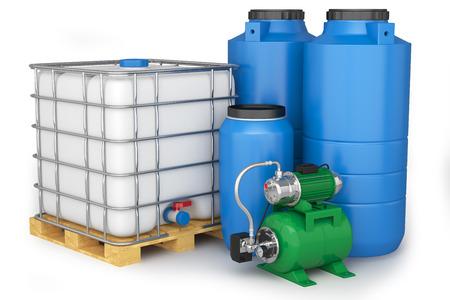 bomba de agua: Grupo de los tanques de agua de plástico y estación de bombeo Foto de archivo