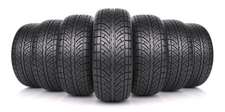 huellas de llantas: Los neumáticos de coches en fila aislados en el fondo blanco 3d Foto de archivo