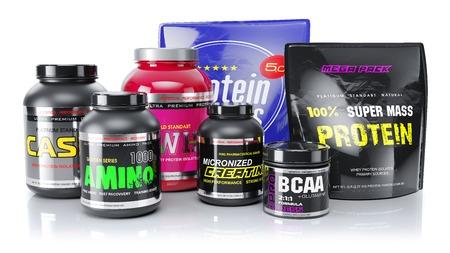 Sport-supplementen. Wei, BCAA, amino, proteïne. Objecten geïsoleerd op een witte achtergrond. 3D render Stockfoto
