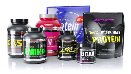 Sporternährung. Molke, BCAA, Amino, Protein. Objekte isoliert auf weißem Hintergrund. 3d rendern Standard-Bild