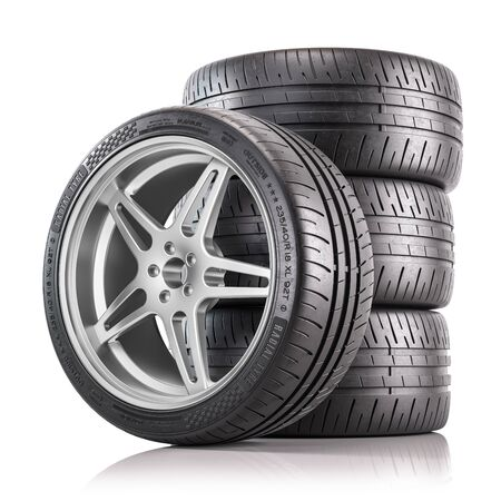 Cuatro de ruedas de coche. Neumáticos nuevos y brillantes. Render 3d