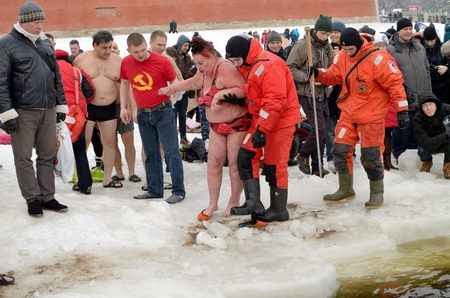 plunge: January 19, 2015 in Saint-Petersburg was organized more than two dozen of the Epiphany of the Jordan, where everyone can plunge into the icy water. It is believed that on this night water helps to cure diseases.In the picture you can see grandma after swi
