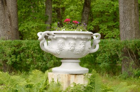 utensilios de cocina: In the Park theres a lot of vases for flowers. .They decorate the interior of the Park.