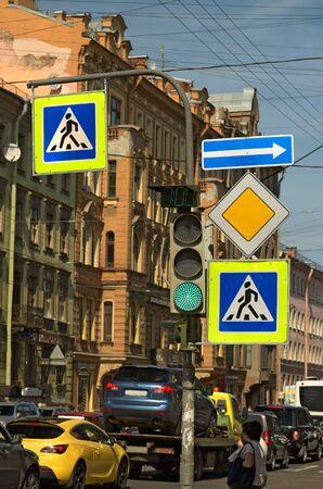 semaforo peatonal: En las calles de signos traffic.Road ocupados regular las normas de tr�fico. Editorial
