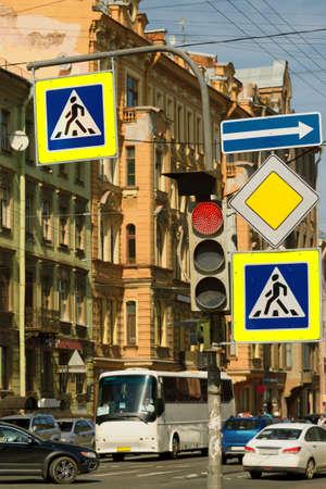 semaforo peatonal: En las calles de signos traffic.Road ocupados regular las normas de tráfico. Foto de archivo