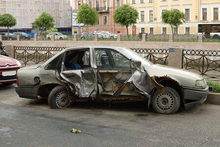 violación: El coche después de la accident.Failure a seguir las reglas de tráfico conduce a accidentes.