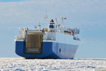 The loaded vessel leaves port isleduetsya its route.
