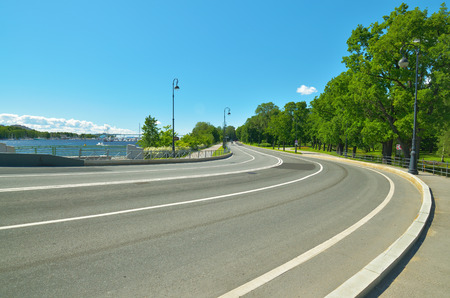 아스팔트 도로는 위험한 방향을 만듭니다. 운전자는 신중해야합니다. 스톡 콘텐츠