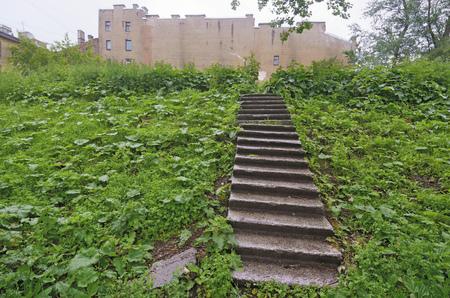 마당에있는 언덕에 콘크리트 계단. 스톡 콘텐츠