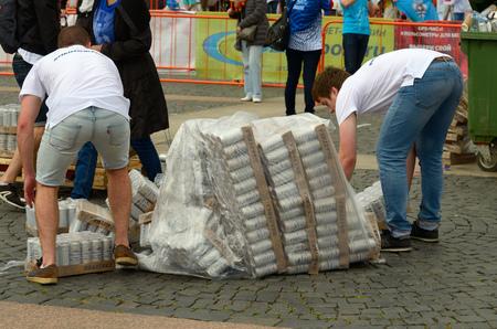 09.07.2017. ロシア、サンクトペテルブルク。労働者はビールのパレットを運びます。輸送中にパレットが落ちました。 報道画像
