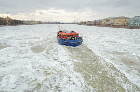 The icebreaker on a frozen river breaks the ice, which interferes with navigation. 版權商用圖片