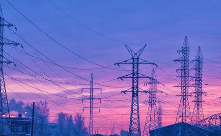 Elektrische stroomtransmissielijn.Ontworpen voor krachtoverbrenging.Het vindt plaats in het in aanbouw zijnde gebied van de stad. Stockfoto