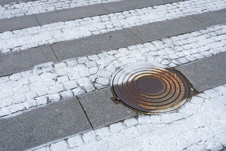 Sewer manhole on a city road.This is a heavy iron cover. Foto de archivo