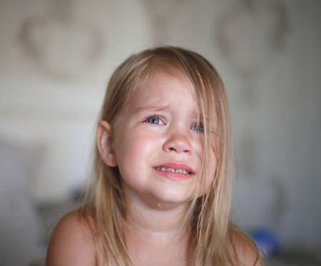 portrait of a little crying girl. Banque d'images