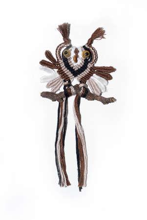 Eine Eule aus Stricken und Seilen gesponnen mit der Kunst des macrame