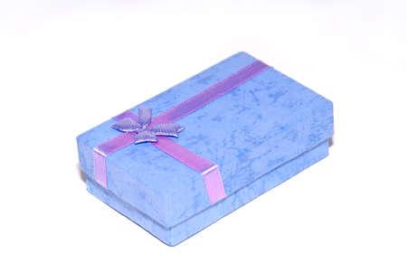 Eine Box f�r ein Geschenk auf einem wei�en Hintergrund