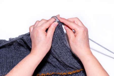 Eine Frau Stricken mit grauer Wolle, eine Nahaufnahme von der Hand Lizenzfreie Bilder